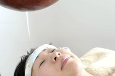 額に適量のオイルを垂らし続けることで瞑想状態に入り込むことができます